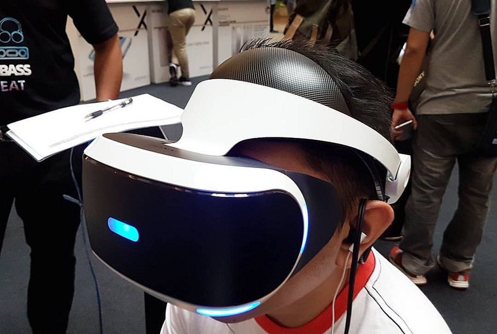 sony to sell new ps4 vr headsets comes with minor changes. Black Bedroom Furniture Sets. Home Design Ideas